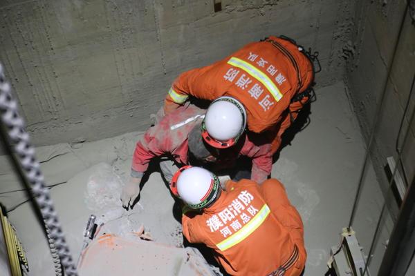 工人不慎掉入4米深电梯井,情况危急……