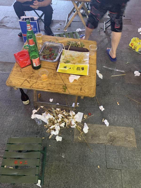 小吃一条街摆到居民楼下合理吗?噪音、油烟问题怎么处理?