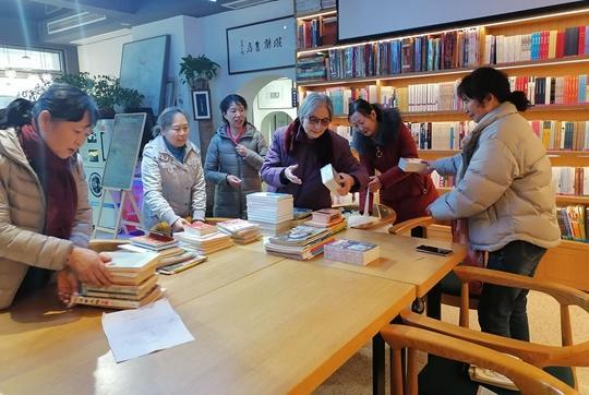 """《【摩登4在线平台】郑州市教育社区开展""""同献爱心、共享阅读""""捐书活动》"""