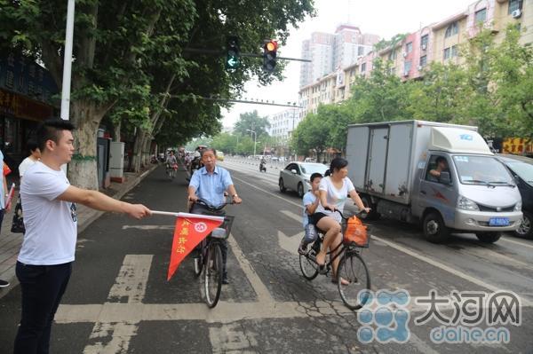 自行车带小孩在快车道行驶