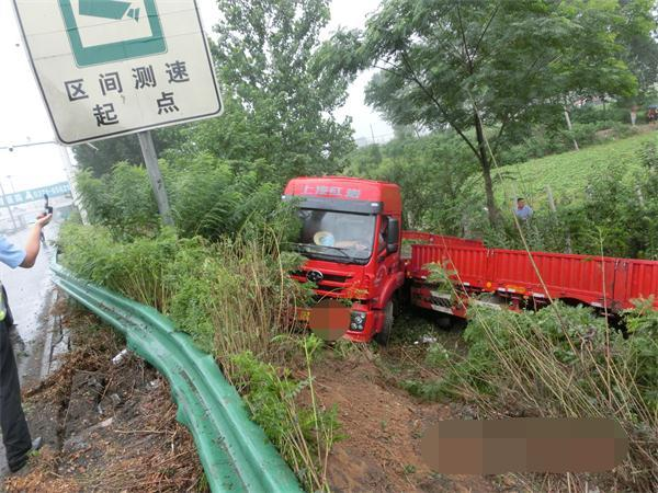 北京pk10在哪里玩正规:因雨天路滑宁洛高速漯河段一辆大货车冲破护栏_所幸无人受伤