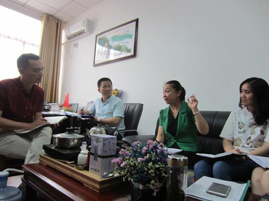 二师附小校长冯东辉与校领导一起研究支教计划_副本
