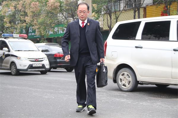 3风雨无阻,祁卫东每天坚持步行4公里上下班。