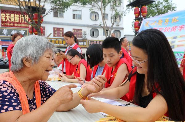 志愿者为老人戴黄手环32