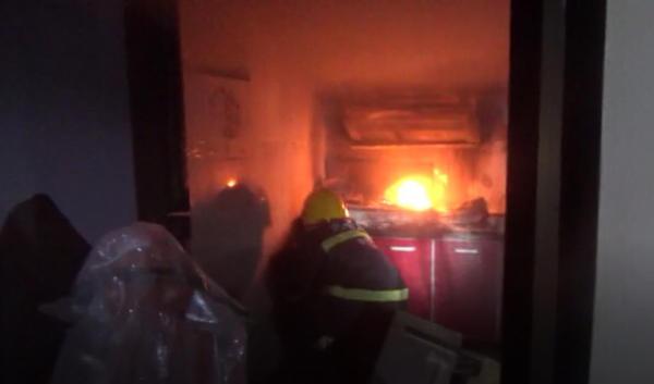 安阳居民凌晨厨房失火,消防员冒险拎出液化气罐……