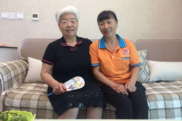 白奶奶和护理员