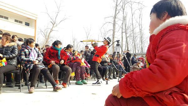 春节前夕,淮阳县文联组织当地文艺团体,奔赴多个贫困村义演。  周云昌  摄