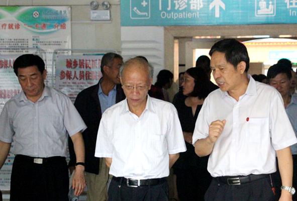 省委组织部副部长修振环(中)在市委书记张文深(左一),南石医院党委书记赵俊祥(右一)等领导陪同调研