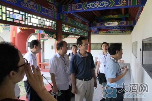 与会学者参观三苏园