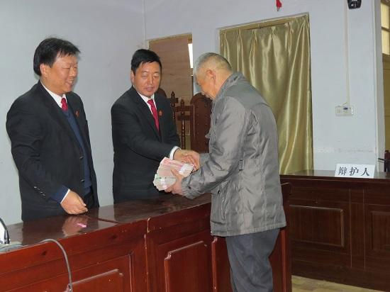 3法官当庭将袁某拖欠的农民工工资予以支付