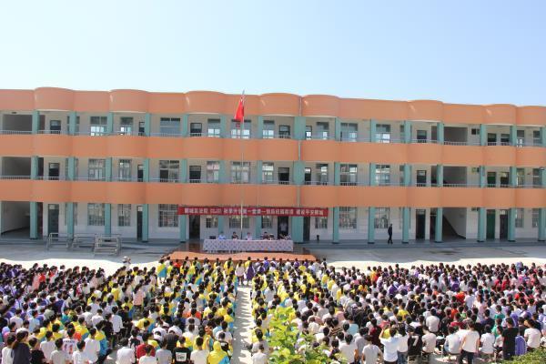 9月7日上午,漯河郾城区法官为李集镇中学的1600余名师生上法制课。