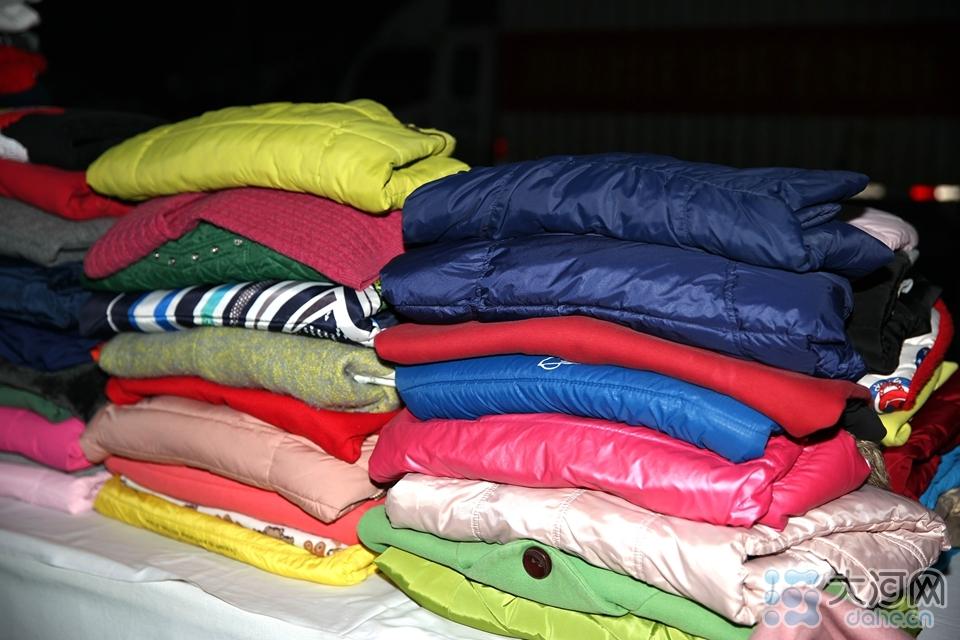 图八:清洗、消毒后的衣物叠放整齐,准备发往全国各地受助对象手中