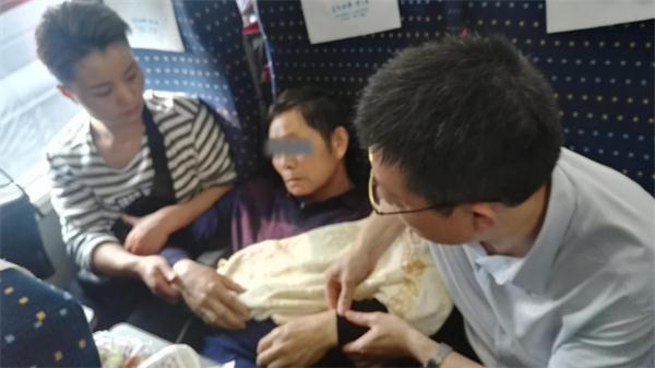 北京赛车彩票犯法吗:【暖新闻】高铁上突遇六旬老人晕倒_漯河市骨科医院医生紧急施救