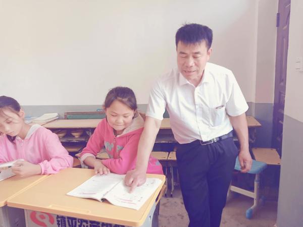 张玉滚给孩子辅导作业 (1)