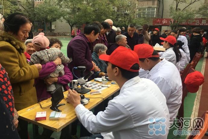 志愿服务者免费为居民测血糖血压