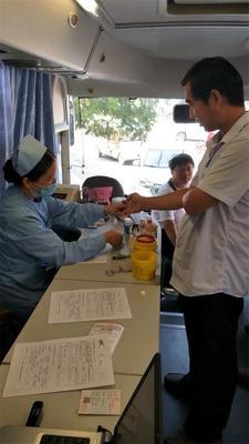 志愿者正在举行血液初筛检查。