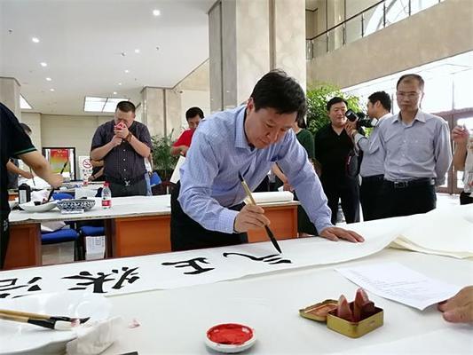 """2陈连东检察长现场挥毫泼墨,书写""""浩然正气""""。"""
