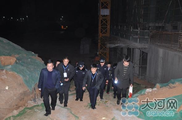 煤山街道组织对康馨城市广场三期工地进行环保夜查3(1)