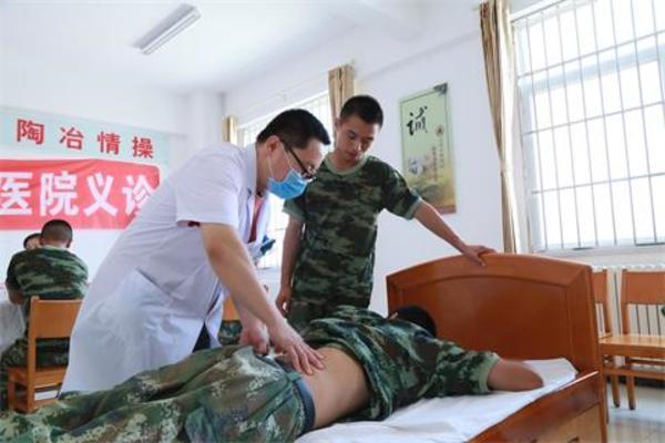03党员志愿者向部队卫生员教授疼痛诊疗方法