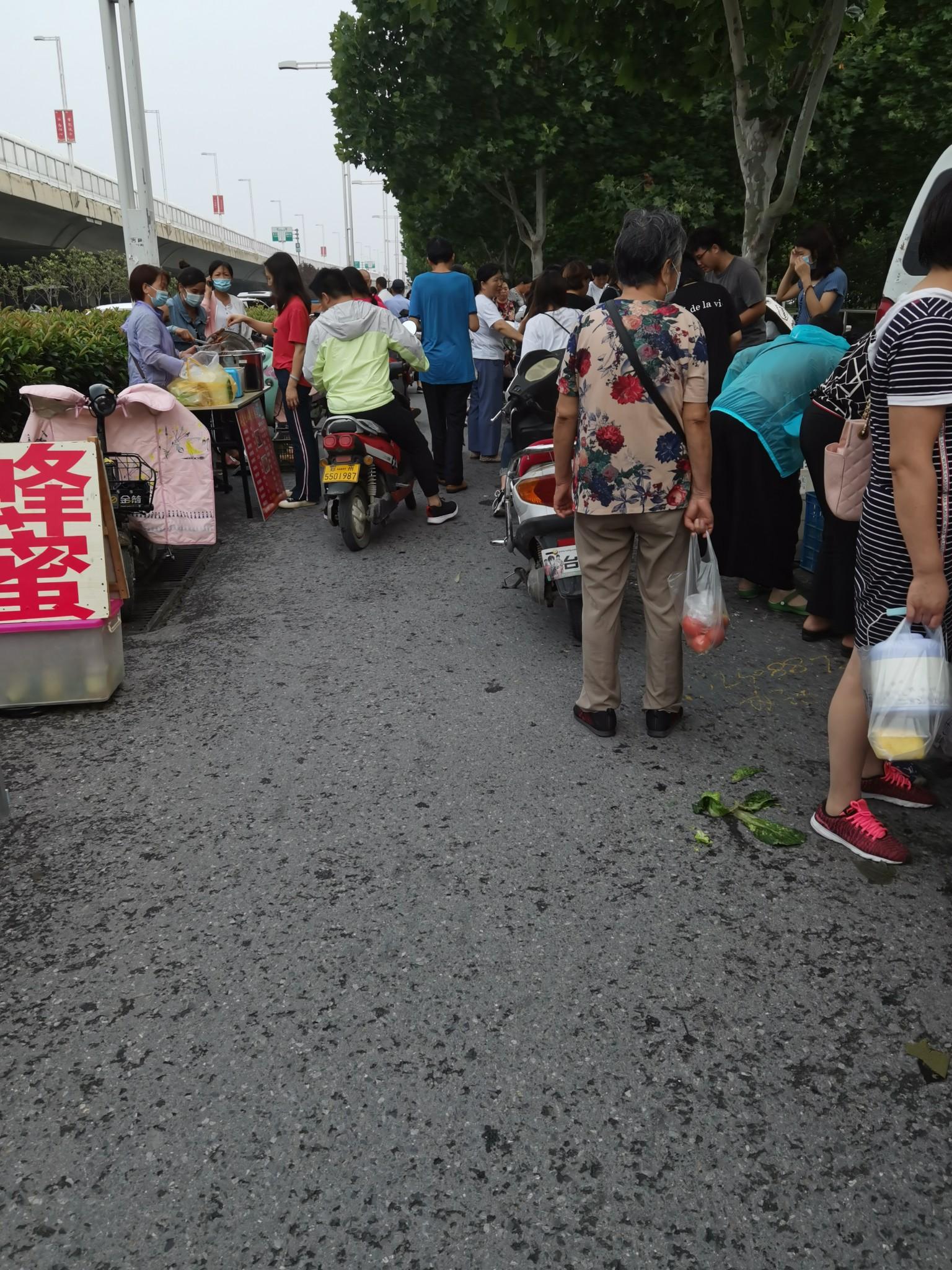 郑州21世纪社区东门两侧成夜市非机动车道被占压,高峰时段道路堵成一锅粥