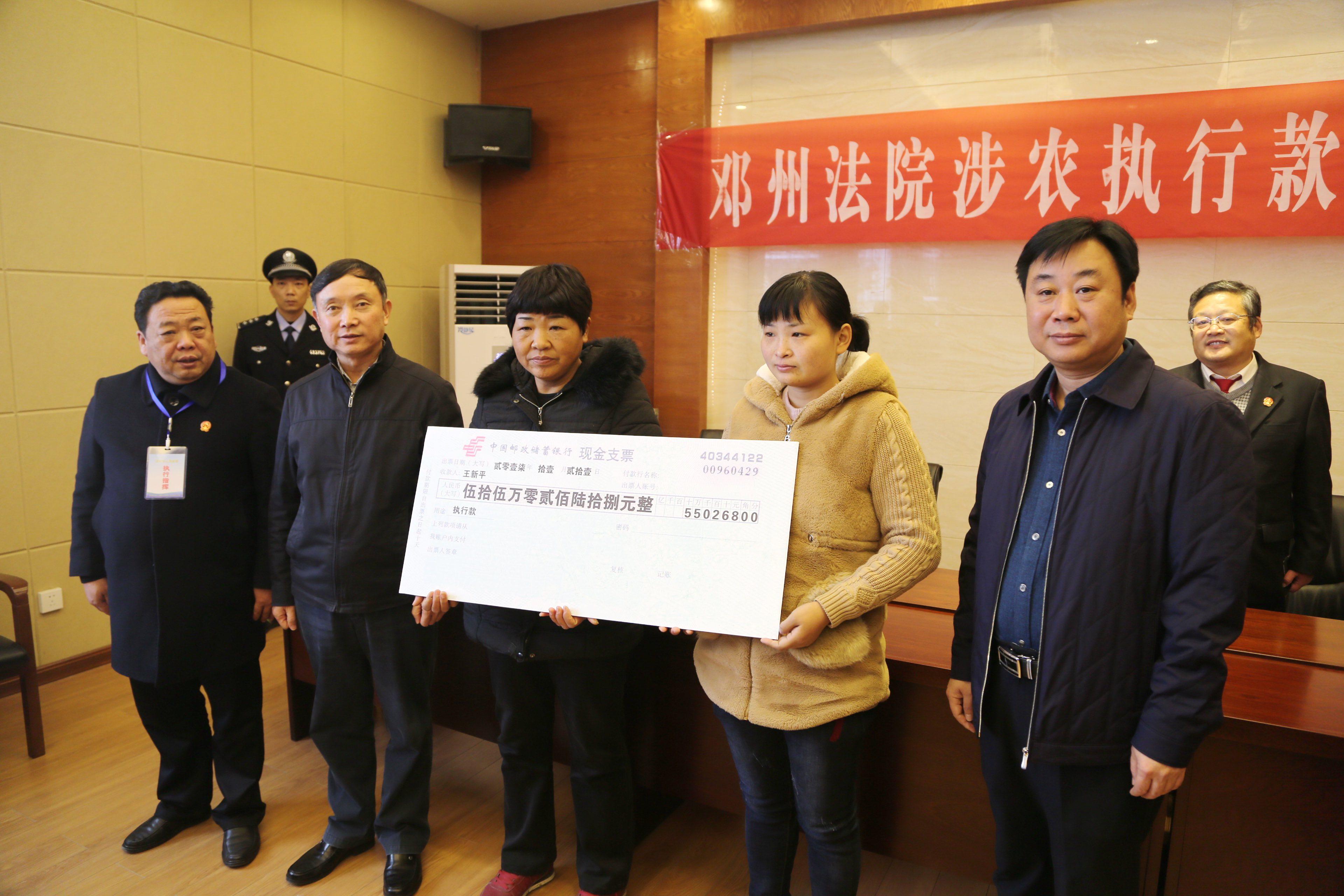 南阳中院党组书记、院长庞景玉(左二)、邓州市市长罗岩涛(右一)