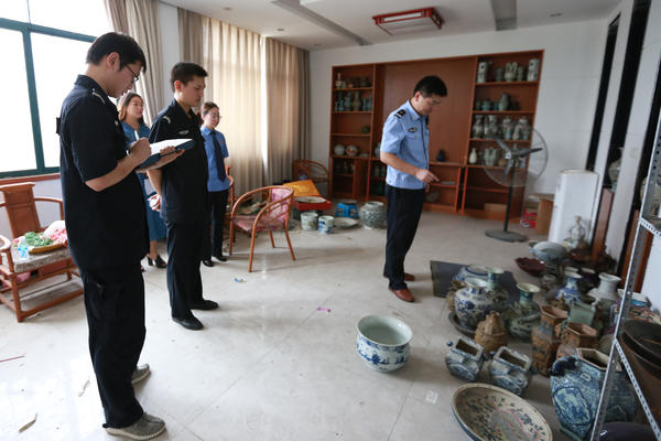 图五 执行干警对厂区办公楼内物品进行清点。
