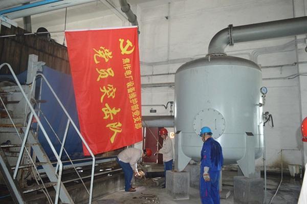 设备维护部党支部抢修生产设备(1)