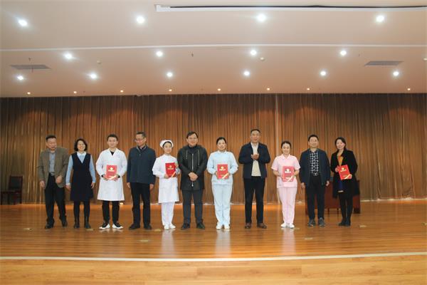 漯河市三院领导为获奖代表队颁奖。