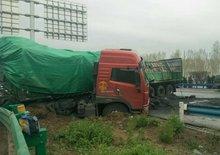 雨天路滑需谨慎 一货车司机因急刹车损失近3万元