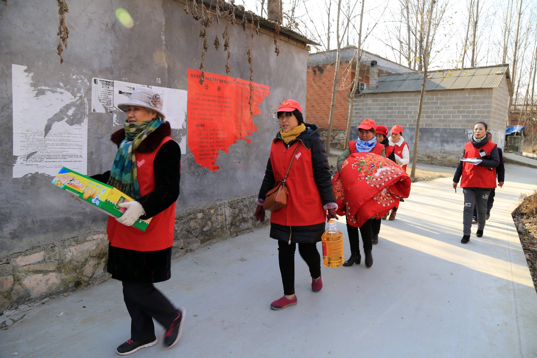爱心家园志愿者协会的志愿者们为南河店镇城口湾村贫困户送生活用品。