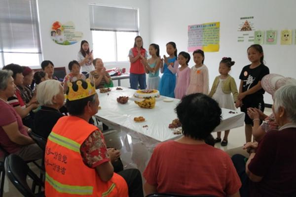 志愿者为老人们表演节目