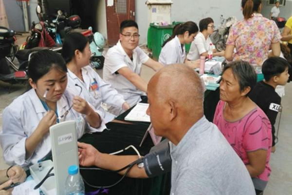 为社区居民量血压