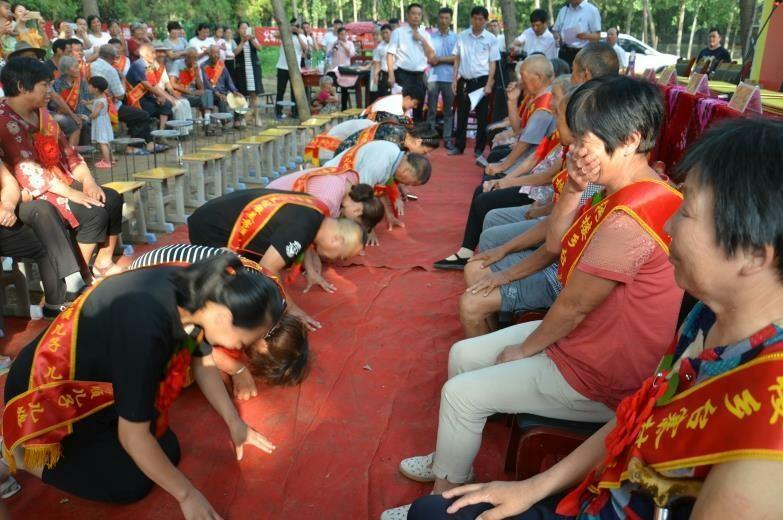 太康县这个乡的村民抢着接独居老人回家 儿媳每天为婆婆洗脚