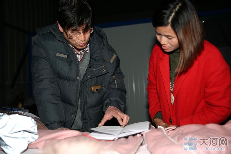 图三:基地工作人员对接收的捐赠物资进行核对