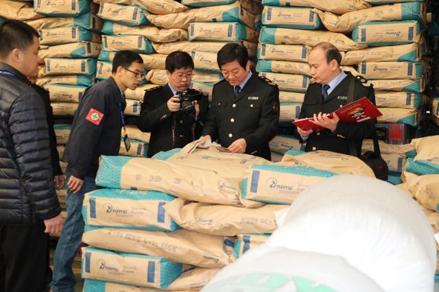 执法人员现场核查食品生产企业原材料进货票据