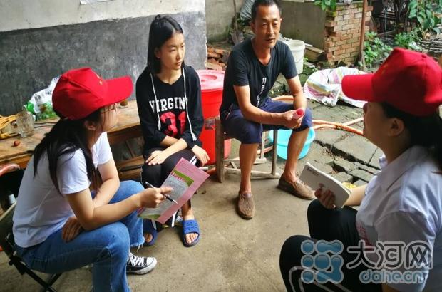 志愿者给李近喜和女儿小美讲解资助政策 摄影 王胜楠
