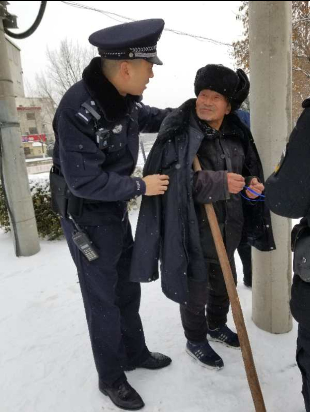 金沙国际网上娱乐平台:【暖新闻】暖心!八旬老人风雪中迷路_登封民警护送其回家