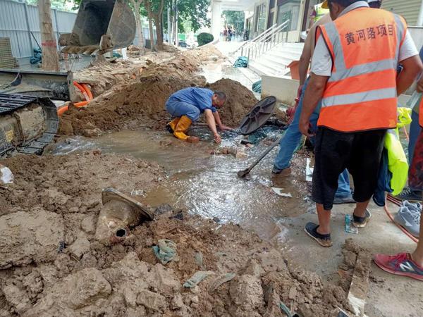 郑州一工地挖掘机施工时撞断消防栓 马路瞬间水流成河