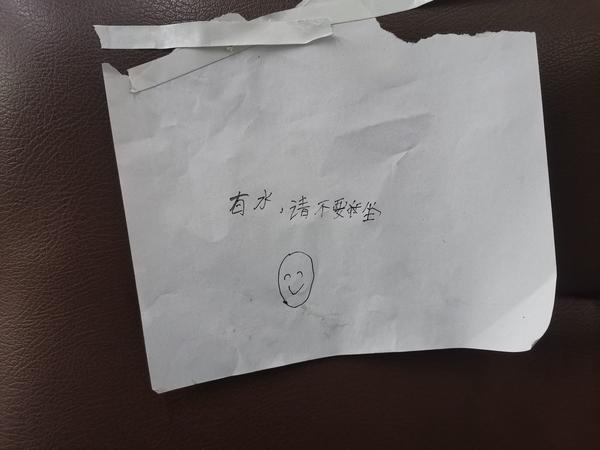 """「作业本」获央视点赞!座位上有水!郑州一男孩撕作业本留言提醒乘客""""勿坐"""""""