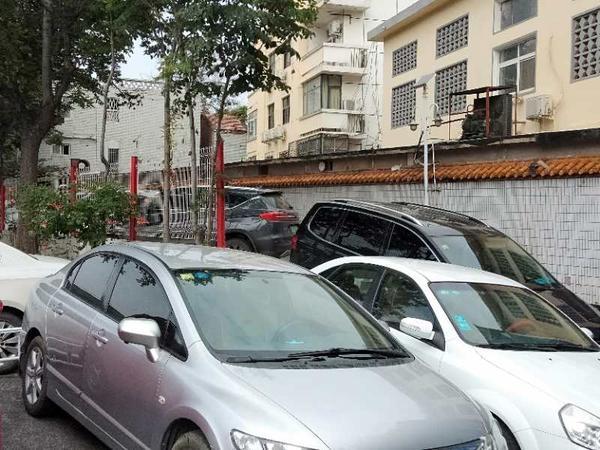 """金水河畔 郑州黄河饭店""""圈地""""私设停车场?"""
