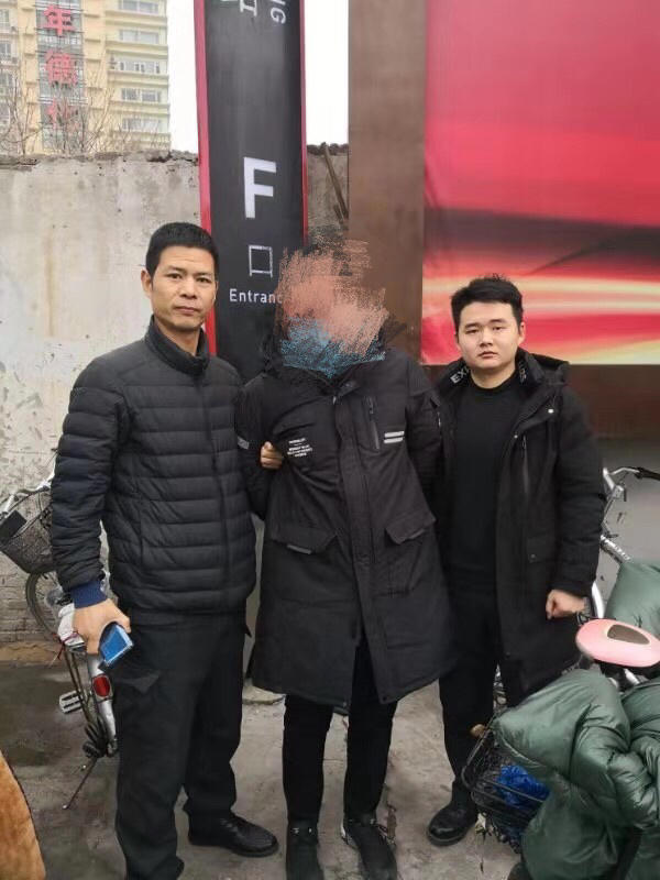 """郑州俩特警执勤完归队,公交车上抓个偷手机""""口罩男"""""""