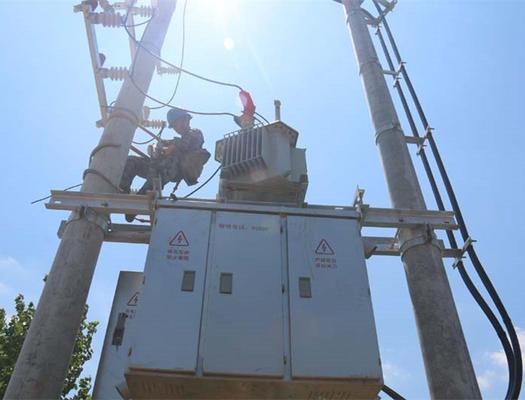 施工人员冒高温加快配电网升级改造