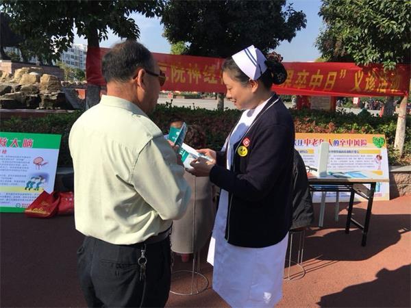 2医护人员向市民讲解医学常识。