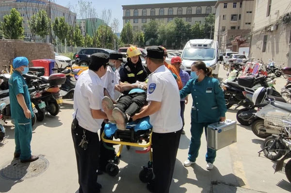 脚手架|一工人在脚手架上干活时被不明坠落物砸昏