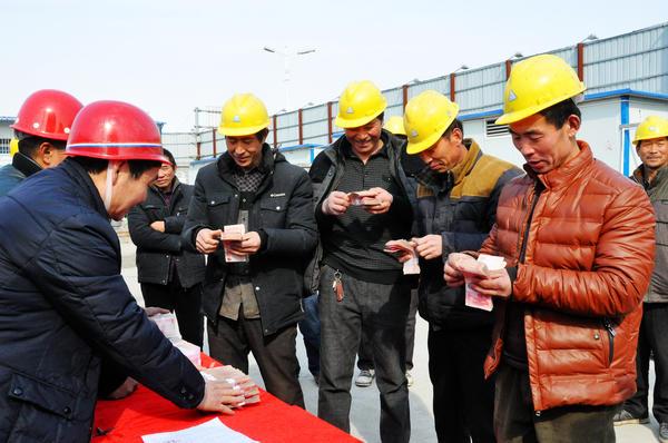 春节前夕,在淮阳峰华•新时代项目工地,农民工们足额领到了自己的工钱,准备回家过年。据了解,随着管理制度的逐步完善,今年春节前,该县关于农民工讨薪的投诉明显下降。  杜欣   摄
