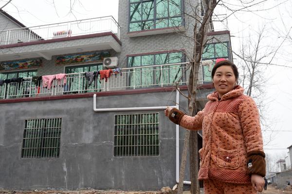 金可可20岁嫁到曹河乡西程楼村,勤劳能干,白手起家,不到十年,和丈夫一起靠勤劳实干买了收割机和小汽车,还盖起了一幢小洋楼。  袁东升 摄
