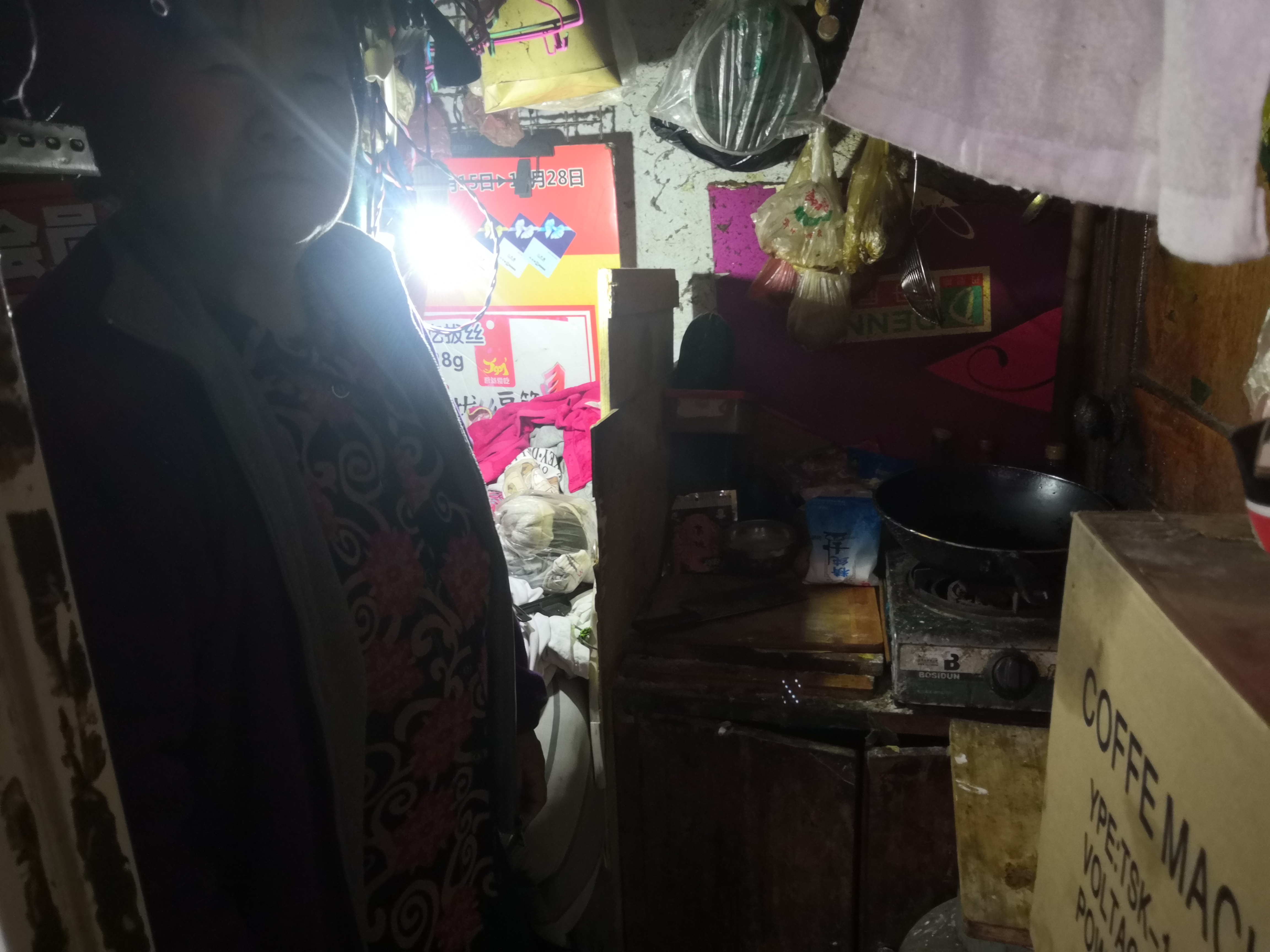 郑州这对花甲之年的老两口 靠小卖部养活智力障