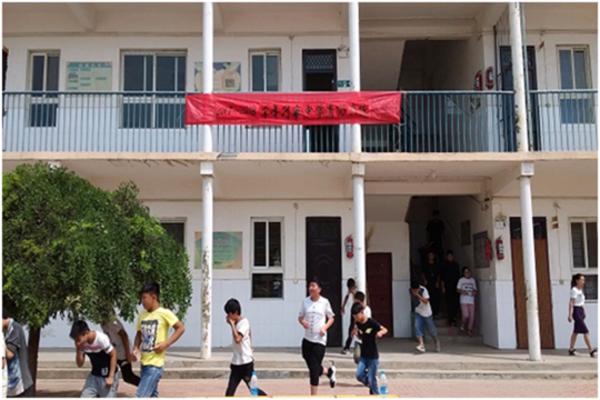学生们正紧张有序的撤离教学楼