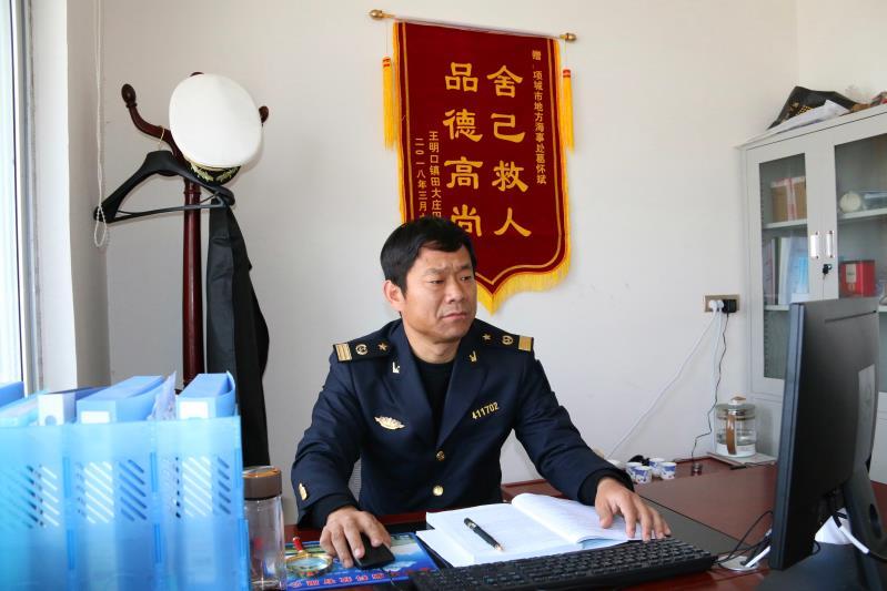 北京赛车龙虎怎么玩:项城市一名冬泳爱好者勇救落水少年,危难之际显身手
