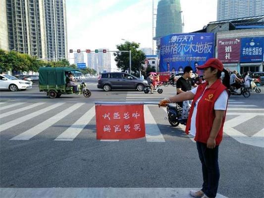 志愿者在交通路口执勤